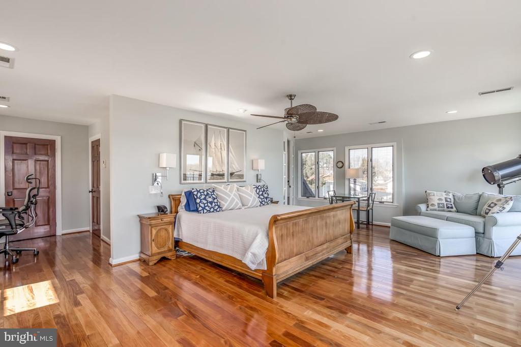 Owner's  suite is the top floor - 4921 E CHALK POINT RD, WEST RIVER