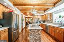 Center island in kitchen - 9602 TREEMONT LN, SPOTSYLVANIA