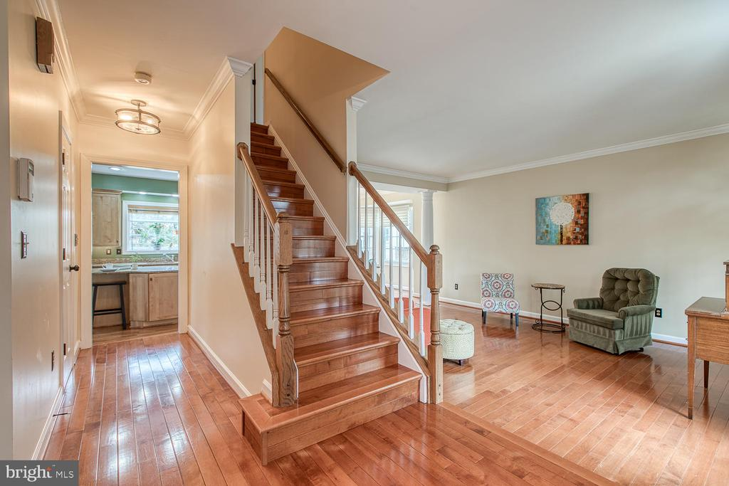 Bright and airy entryway - 43976 BRUCETON MILLS CIR, ASHBURN