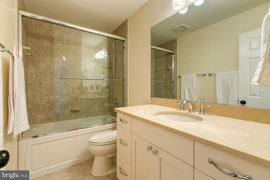 Hall bath on top floor - 43976 BRUCETON MILLS CIR, ASHBURN