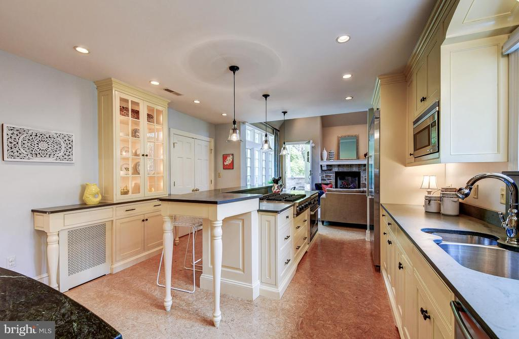 Kitchen has great work space & huge pantry - 212 GOODALE RD, BALTIMORE