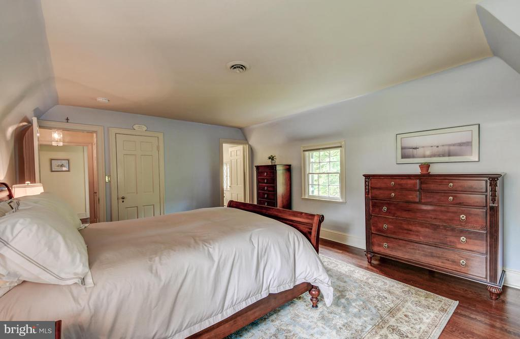 Master Bedroom with charming arched walls - 212 GOODALE RD, BALTIMORE