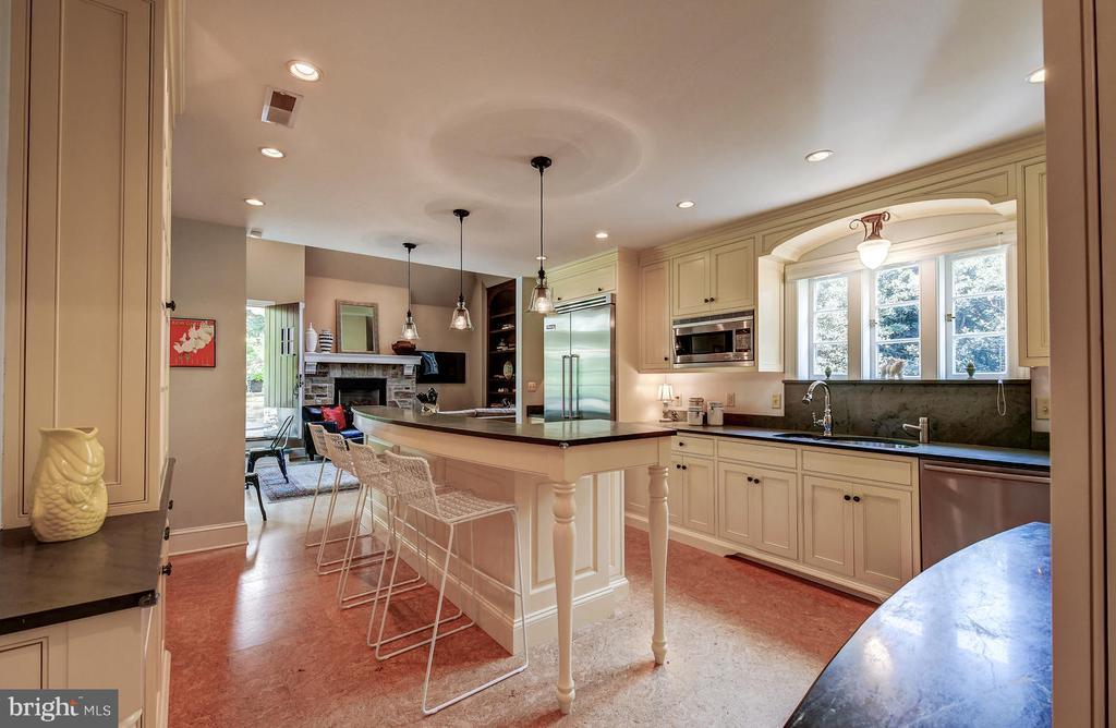 Fabulous upscale kitchen - 212 GOODALE RD, BALTIMORE