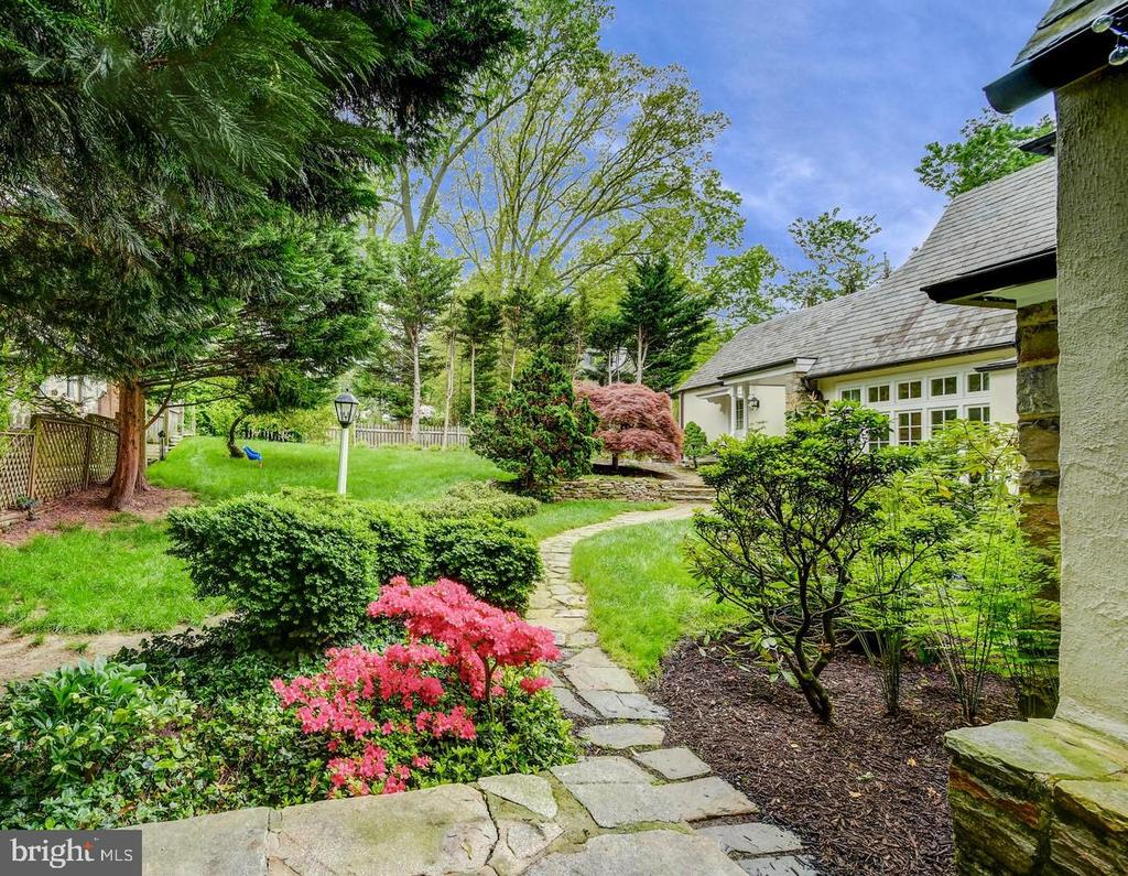 Beautiful gardens and play spaces - 212 GOODALE RD, BALTIMORE