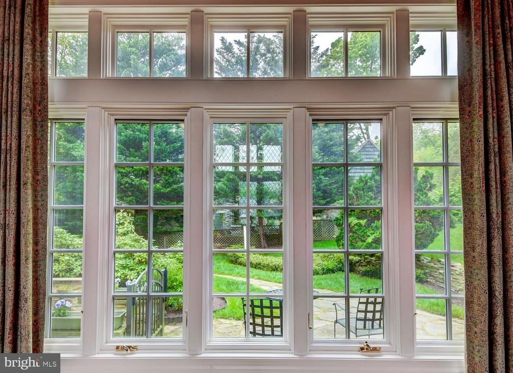 Enormous window overlooking garden & patio - 212 GOODALE RD, BALTIMORE