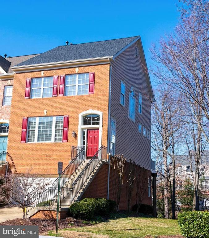 End Unit with spacious side yard - 1911 LOGAN MANOR DR, RESTON