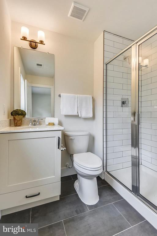 En-suite bath for Bedroom #2 - 18609 STRAWBERRY KNOLL RD, GAITHERSBURG