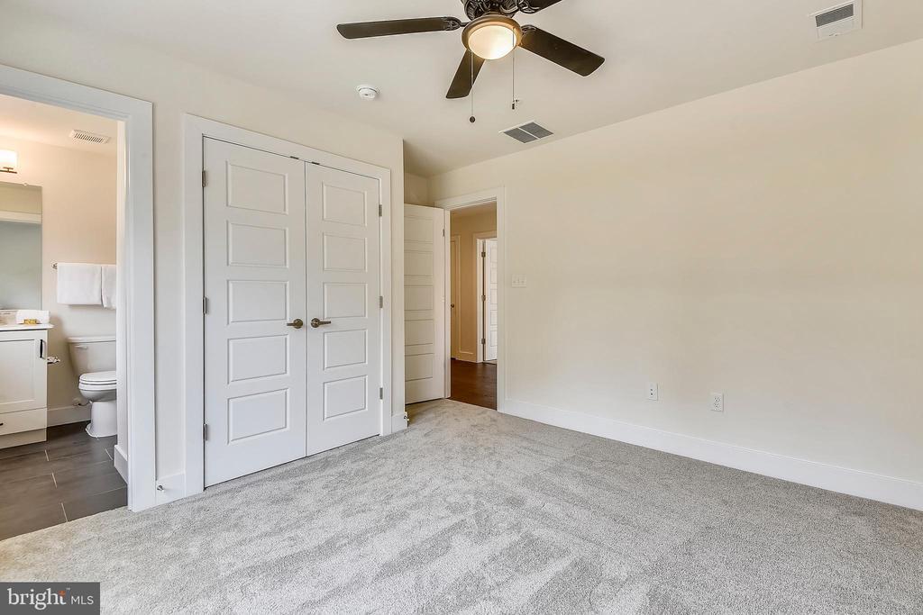 En-suite Bedroom #2 - 18609 STRAWBERRY KNOLL RD, GAITHERSBURG
