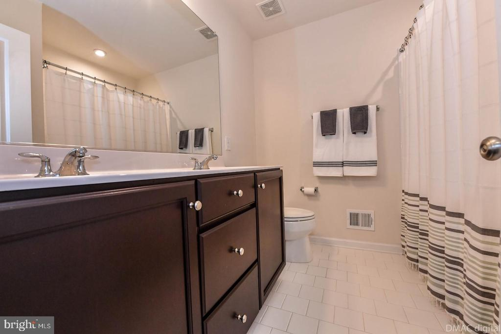 Upper full bathroom. - 6854 E SHAVANO RD, NEW MARKET
