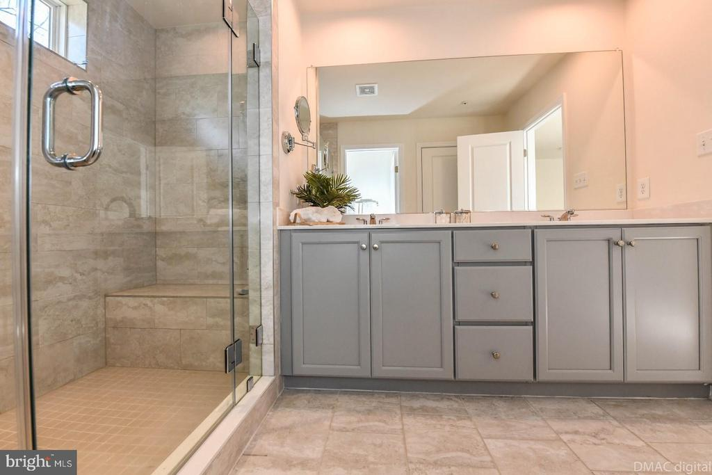 Luxurious master bath. - 6854 E SHAVANO RD, NEW MARKET