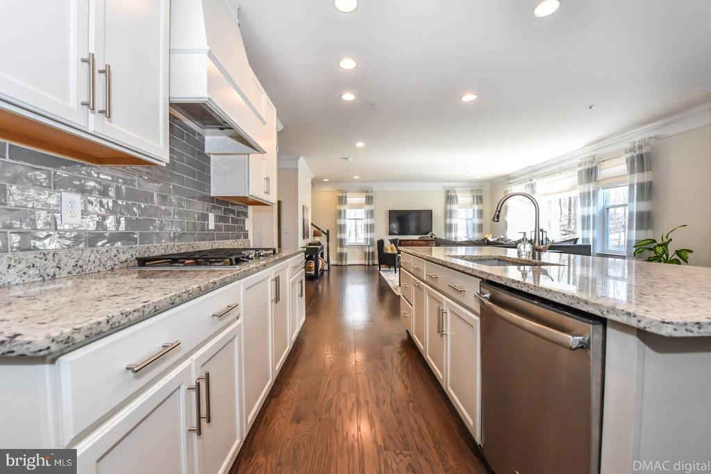Gorgeous kitchen with tons of prep space. - 6854 E SHAVANO RD, NEW MARKET