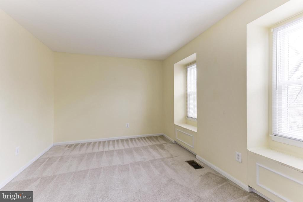 Second Bedroom w/ Two Window Seats - 6125 STRASBURG DR, CENTREVILLE