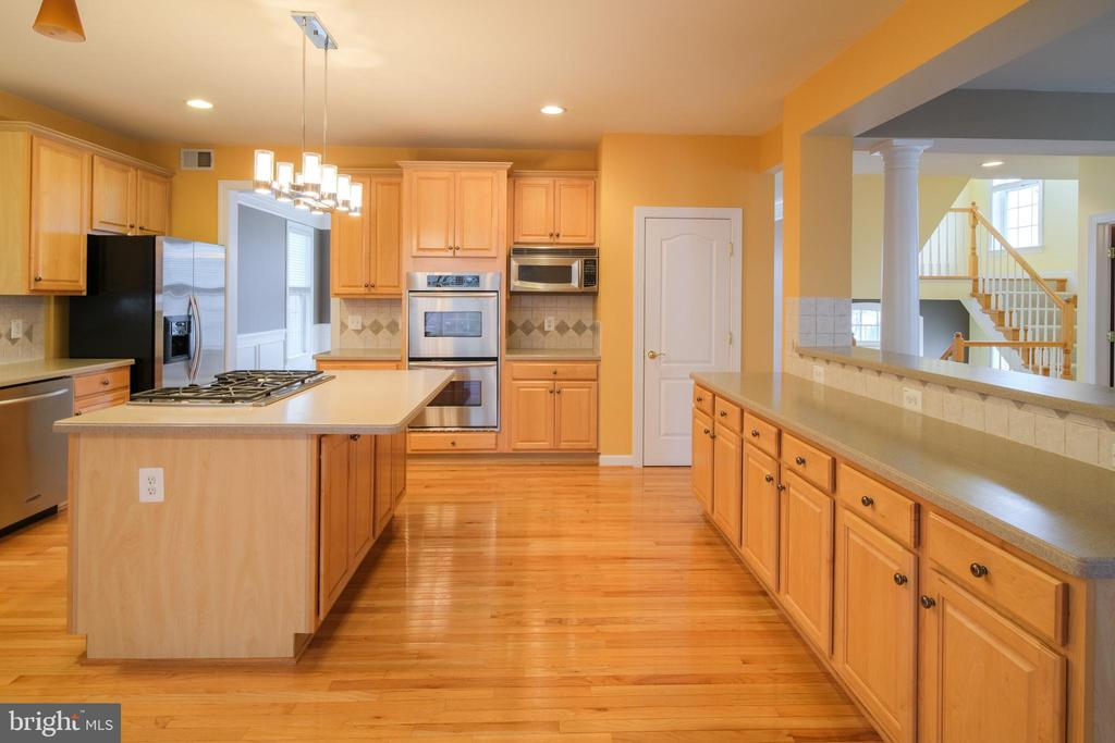 Kitchen with pantry - 13299 SCOTCH RUN CT, CENTREVILLE