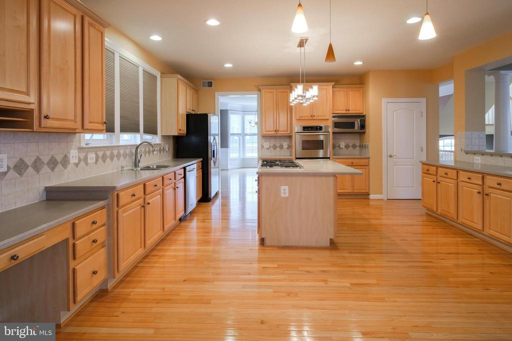 Kitchen with desk area - 13299 SCOTCH RUN CT, CENTREVILLE