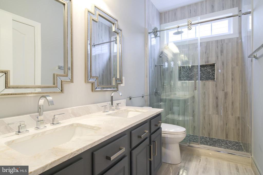 Renovated Hallway bathroom - 13299 SCOTCH RUN CT, CENTREVILLE
