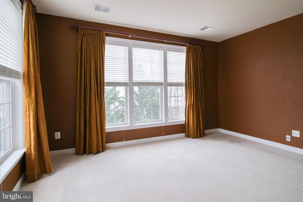 Sitting room with large windows - 13299 SCOTCH RUN CT, CENTREVILLE