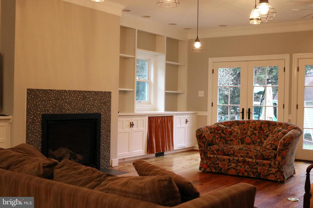 Newly painted family room - 20 NORTH ST NW, LEESBURG