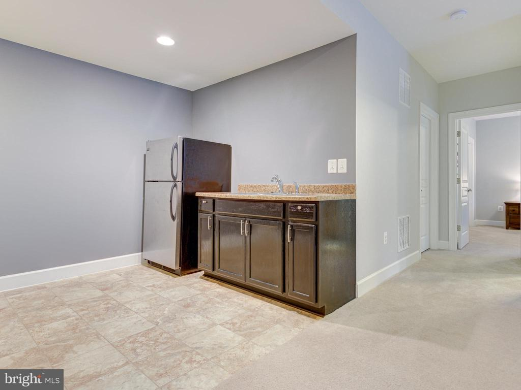 Kitchenette in Private Basement Suite - 41532 BLAISE HAMLET LN, LEESBURG