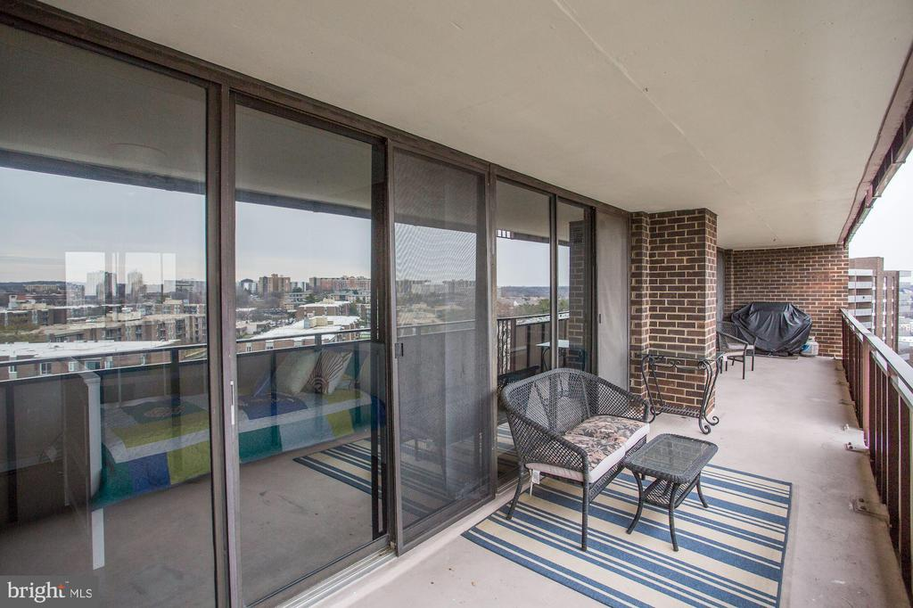 Balcony stretches the entire living area! - 250 S REYNOLDS ST #1307, ALEXANDRIA