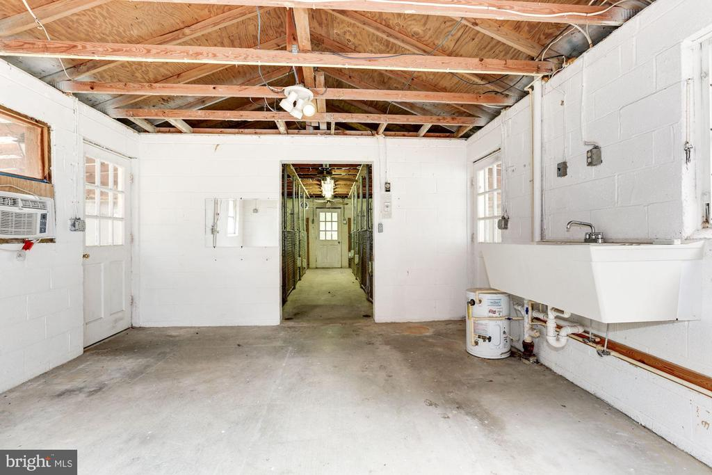 Kennel with electric, water, and A/C - 12901 JESSE SMITH RD, MOUNT AIRY