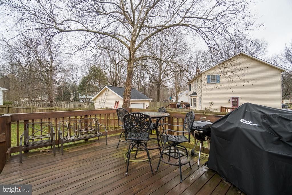Decking offers space for outdoor dining - 15805 DICKERSON PL, DUMFRIES