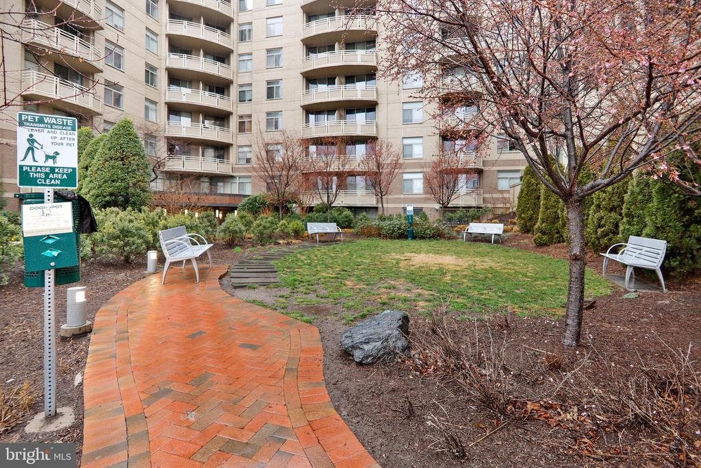 Crescent Plaza Courtyard - 7111 WOODMONT AVE #412, BETHESDA
