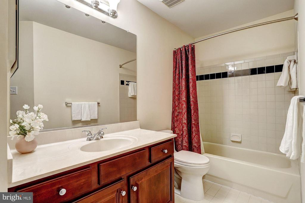 En Suite Bath - 8600 RIVER GLADE RUN, LAUREL