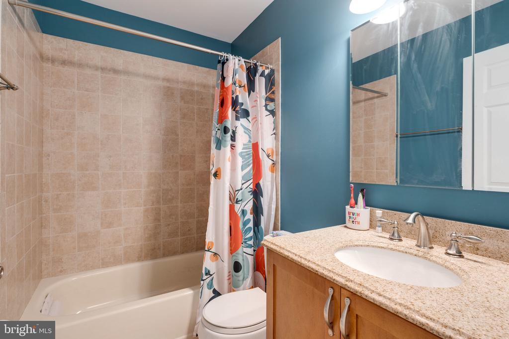 Updated hall bath - 6253 RATHLIN DR, SPRINGFIELD