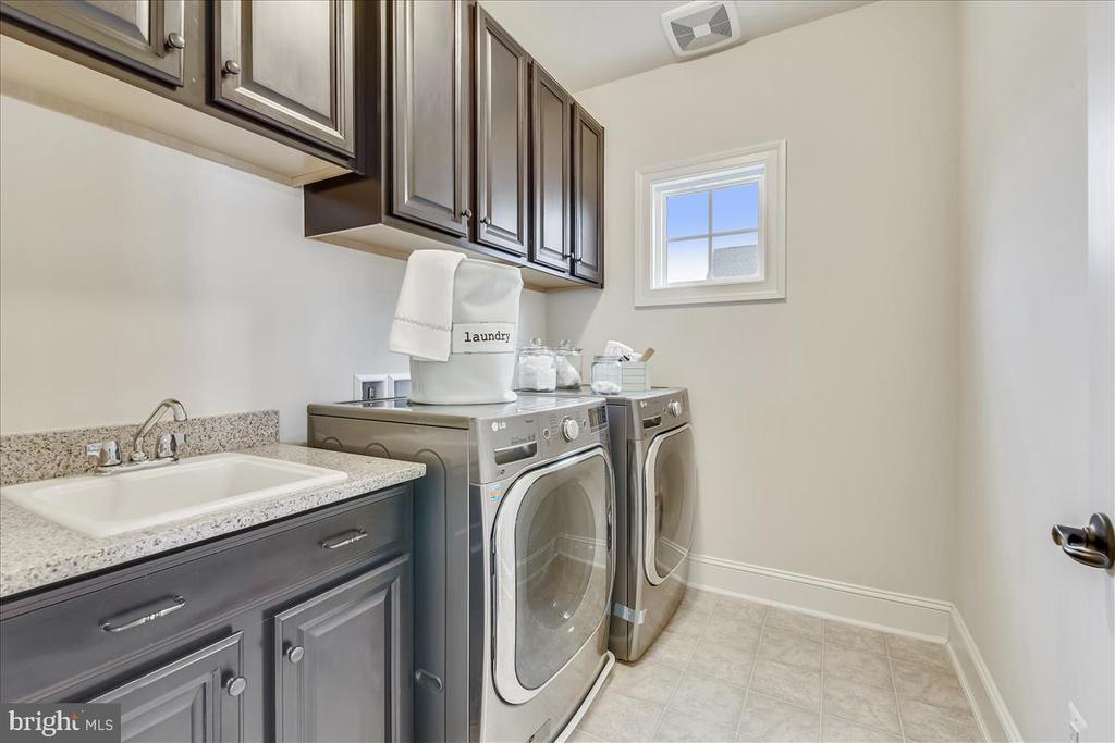 Large, separate laundry room w/upgraded cabinetry - 44306 KENTMERE CT, ASHBURN