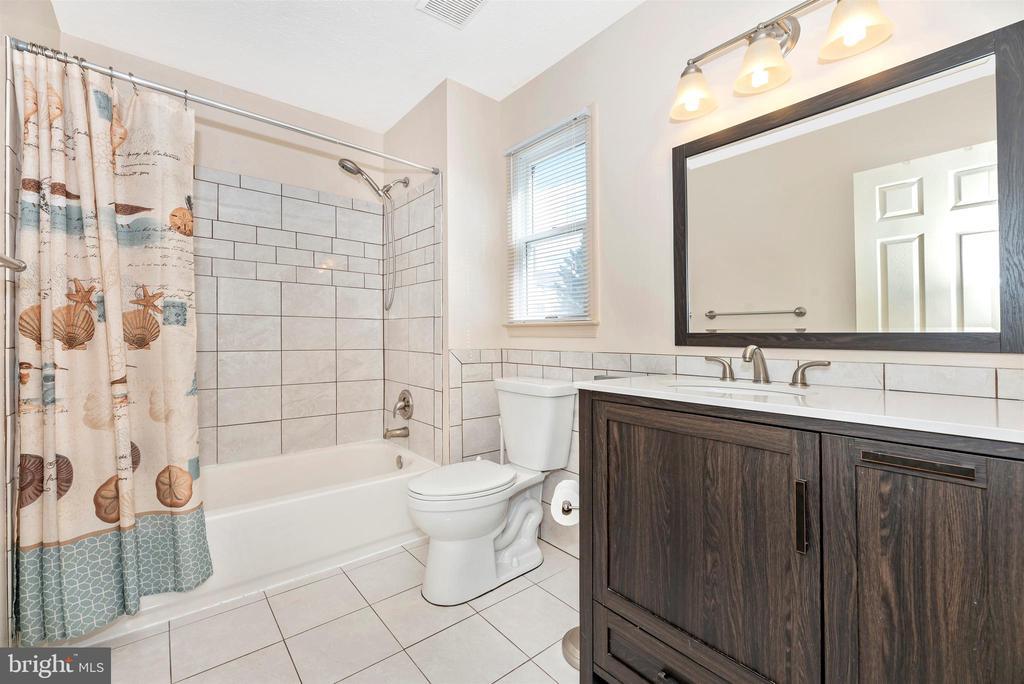 Upper Level Hall Full Bathroom - 6024 DOUGLAS AVE, NEW MARKET
