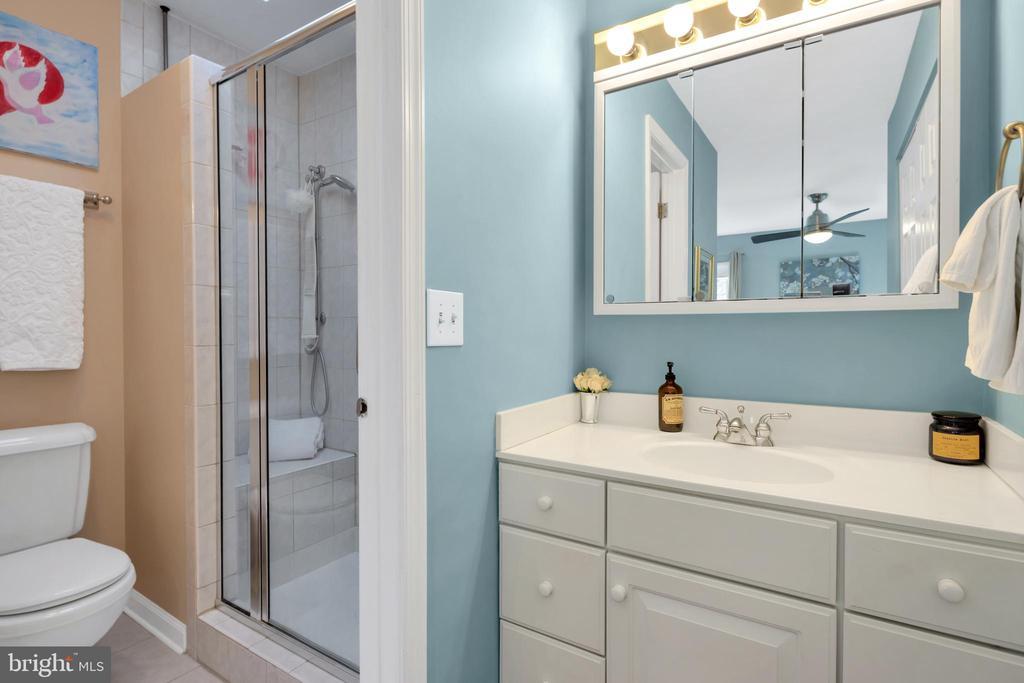 Nicely updated bathroom - 9 BROOKMEADE CT, STERLING