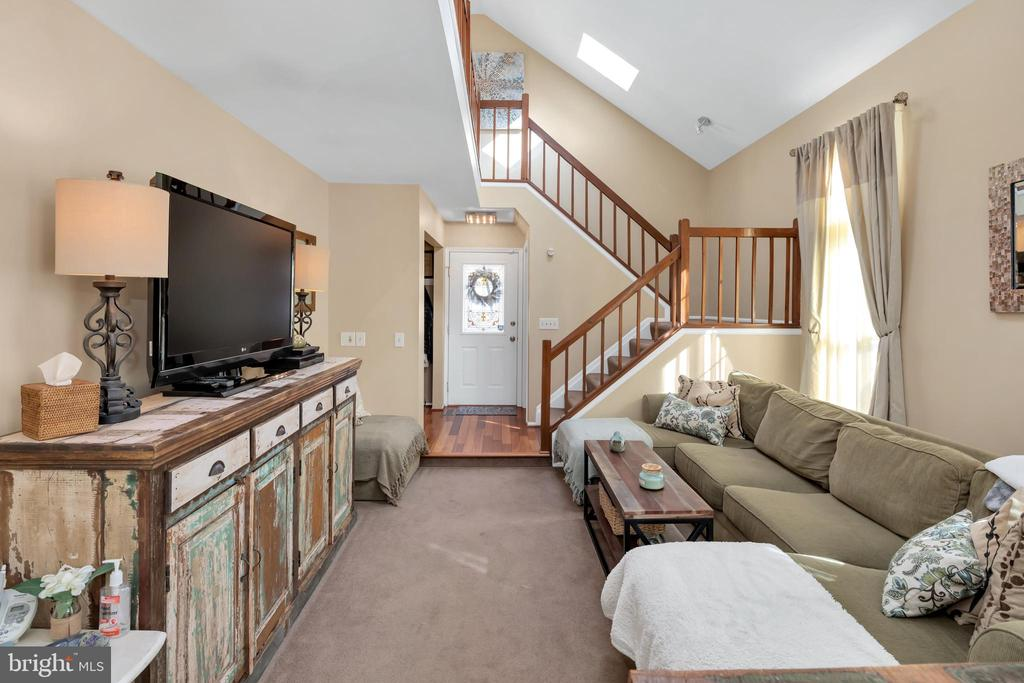 Skylights allow LOTS of light into the home - 9 BROOKMEADE CT, STERLING