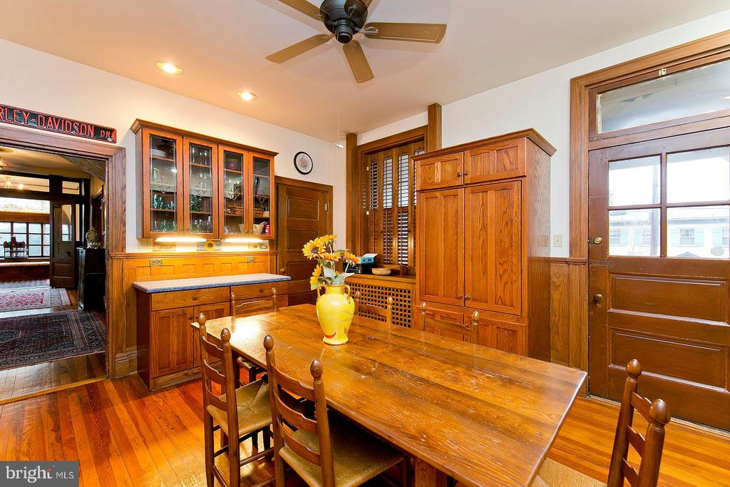 Breakfast room and dining area - 202 S WASHINGTON ST, WINCHESTER
