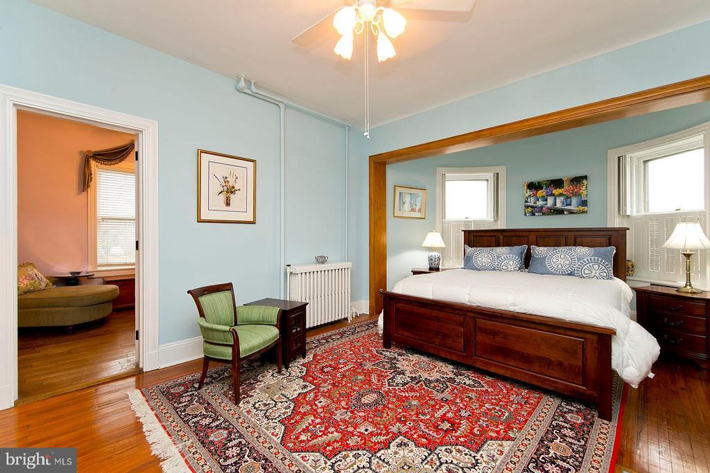 Spacious master bedroom - 202 S WASHINGTON ST, WINCHESTER