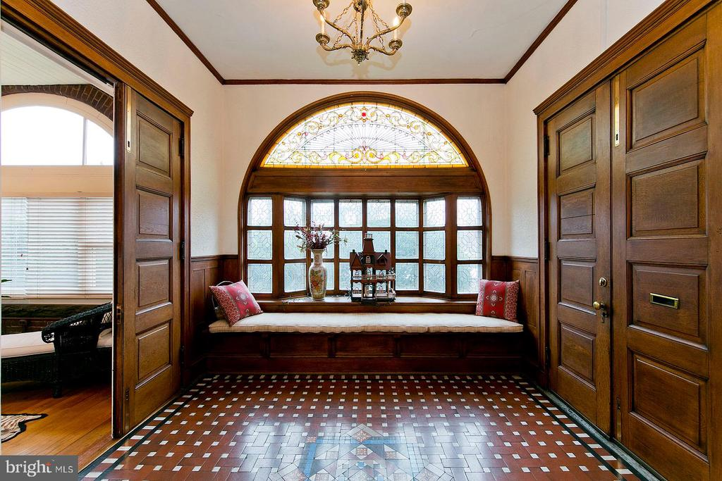 Beautiful entry way of the home - 202 S WASHINGTON ST, WINCHESTER