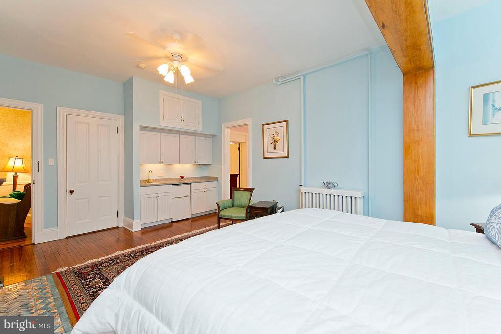 Coffee bar in master bedroom - 202 S WASHINGTON ST, WINCHESTER