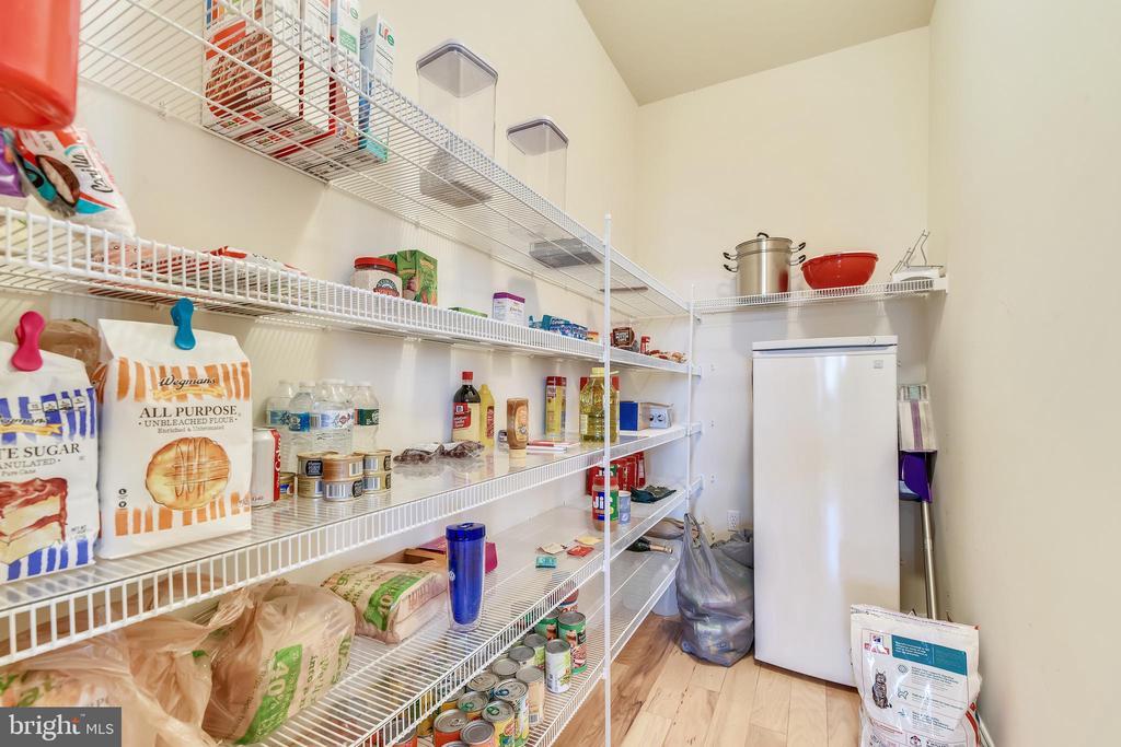 Kitchen Walk In Pantry - 47640 PAULSEN SQ, STERLING