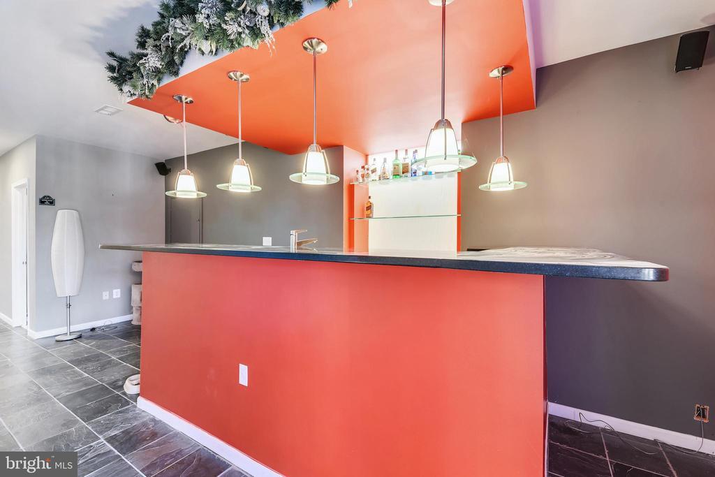 Wet Bar With Shelves - 47640 PAULSEN SQ, STERLING