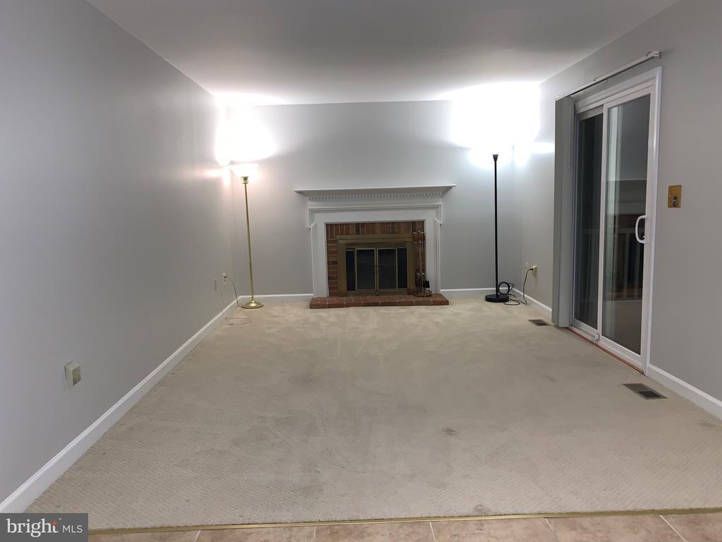 Large family room off kitchen w/door to deck - 20405 PERIDOT LN, GERMANTOWN