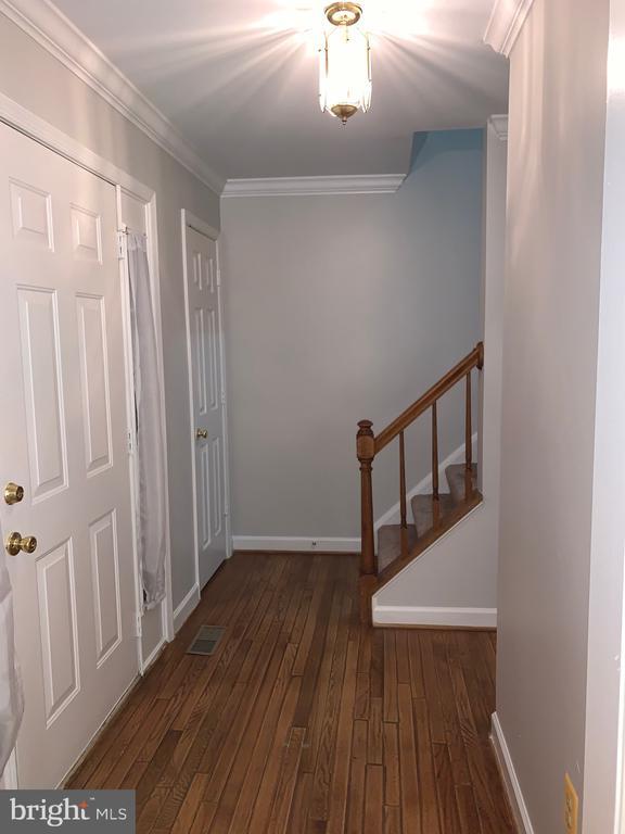 Front foyer with hard wood floor - 20405 PERIDOT LN, GERMANTOWN