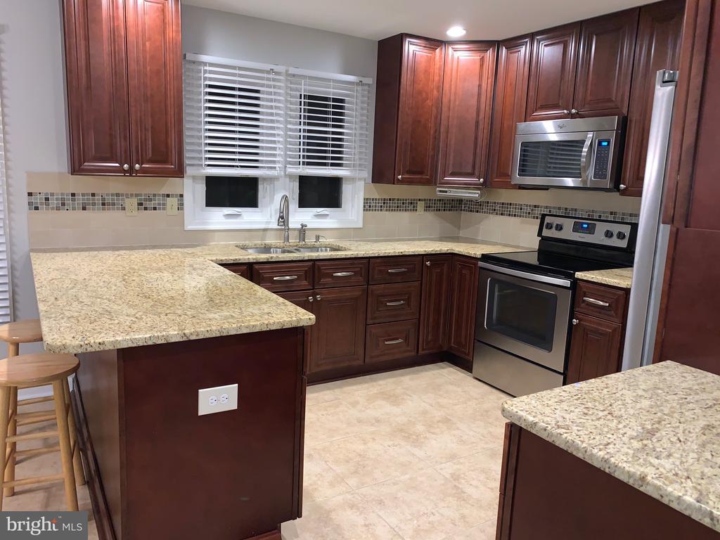 Fabulous upgraded kitchen - 20405 PERIDOT LN, GERMANTOWN