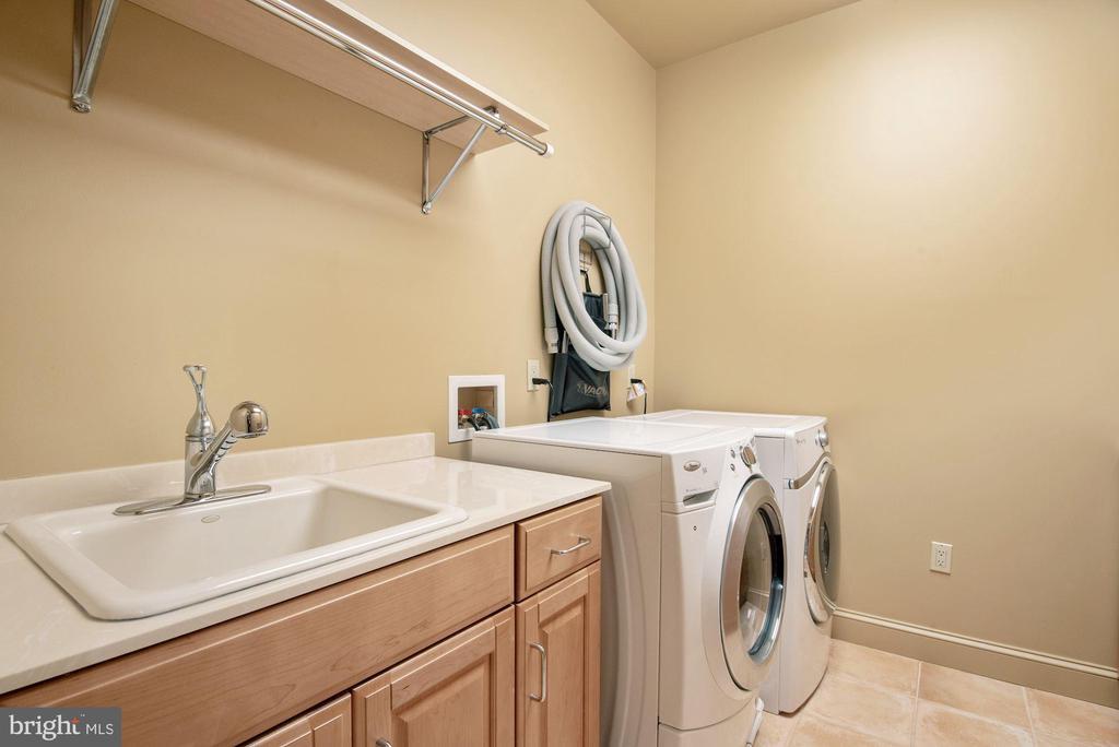 Upper Level Laundry - 896 ALVERMAR RIDGE DR, MCLEAN