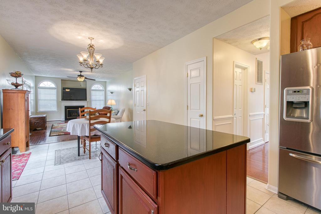 Kitchen flows into breakfast nook and family room - 118 NORTHAMPTON BLVD, STAFFORD