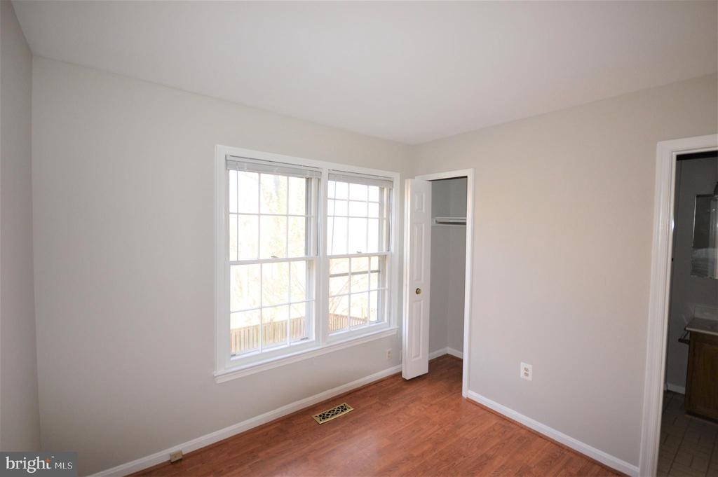 Sunny bedroom on the main with view to woods. - 6490 BRICK HEARTH CT, ALEXANDRIA
