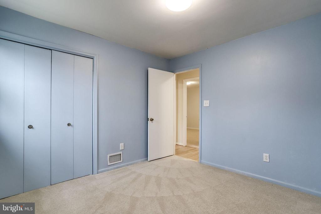 Large closets - 9211 ANTELOPE PL, SPRINGFIELD