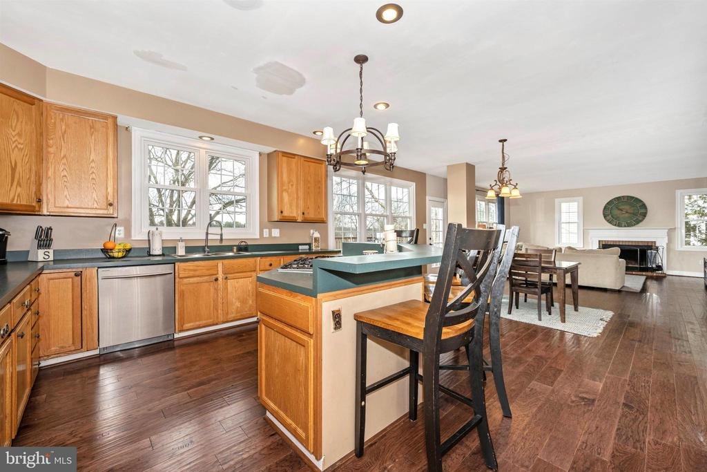 Kitchen opens to eating area and family room - 2983 SUMMIT DR, IJAMSVILLE