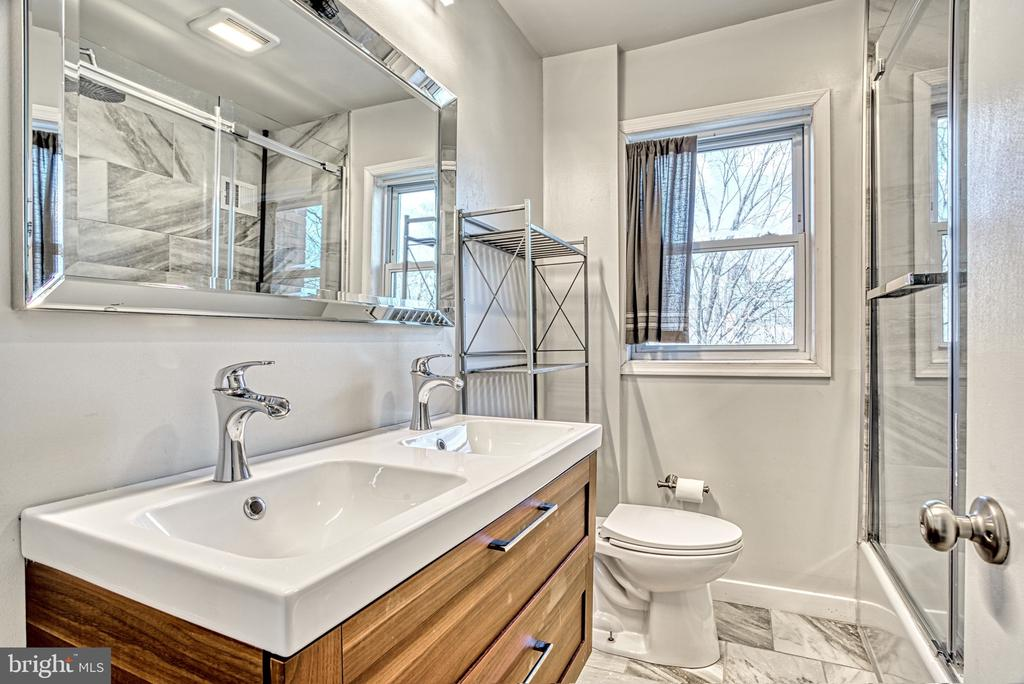 Upstairs Bath - 2316 VICTORY DR, ALEXANDRIA
