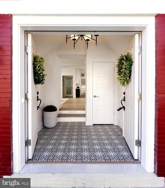 Double front doors open to foyer w custom ceramic - 1015 D ST NE #A, WASHINGTON