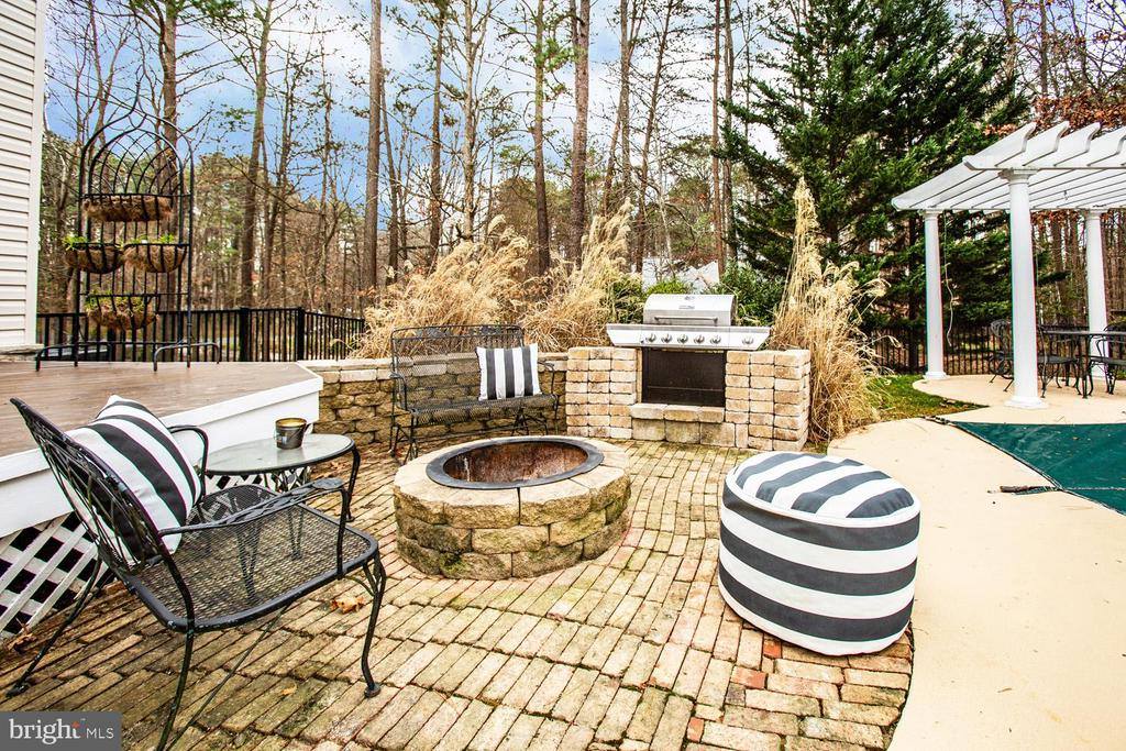Built-in fire pit and grill area - 11400 STONEWALL JACKSON DR, SPOTSYLVANIA