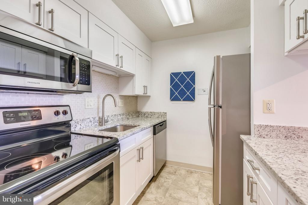 Kitchen - 1808 OLD MEADOW RD #1011, MCLEAN